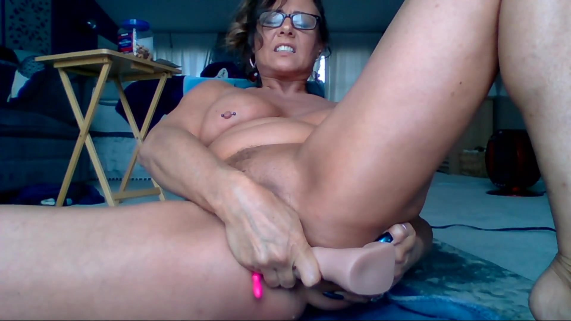 sweetumspie gianna fucking her pussy with dildo